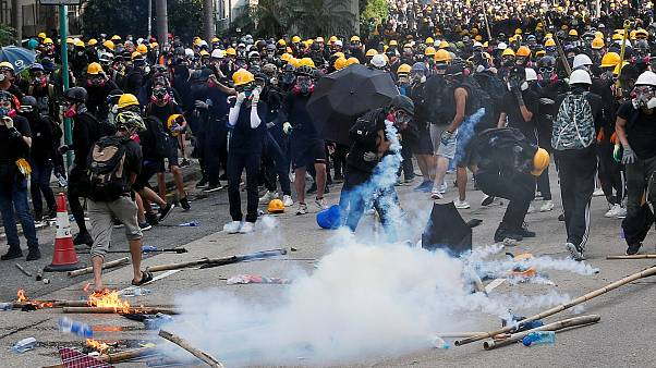Polícia usa gás lacrimogéneo para dispersar manifestantes em Hong Kong
