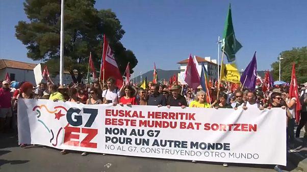 """Protestos no G7 """"por um outro mundo"""""""