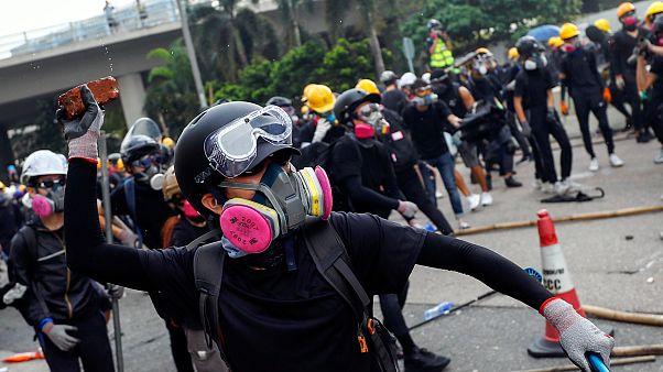 محتجون يرشقون الشرطة بالحجارة في هونغ كونغ