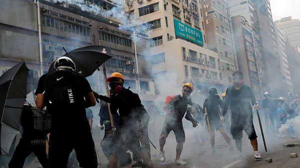 شاهد: شرطة هونغ كونغ تطلق الغاز المسيل للدموع لمواجهة قنابل المحتجين