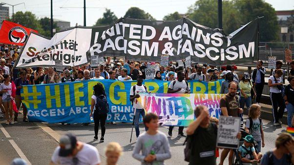 Almanya'nın Dresden kentinde bir araya gelen 35 bin kişi, artan ırkçılığı protesto etti