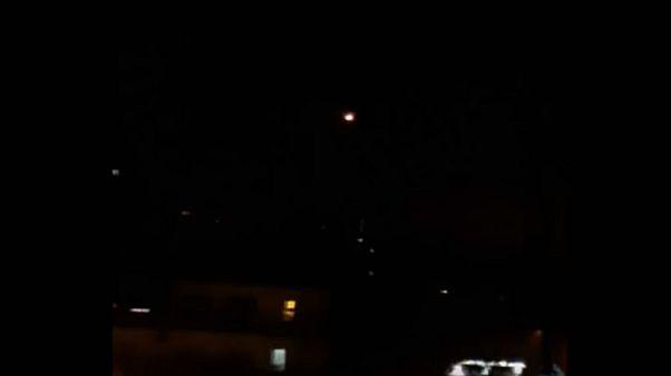 """مجتزأ من فيديو نشرته وزارة الدفاع السورية سابقاً لما قالت عنه عملية """"تصدي لأهداف معادية"""" فوق دمشق"""