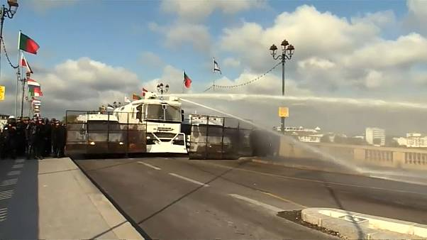 Polícia francesa e manifestantes envolvidos em confrontos