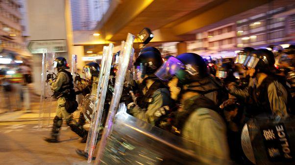 أفراد من شرطة مكافحة الشغب خلال اشتباكات في هونغ كونغ