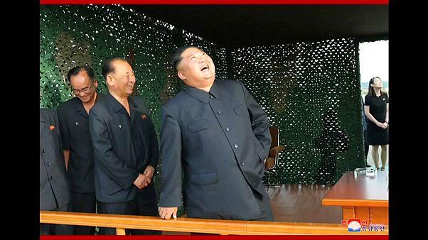 """شاهد: الزعيم الكوري يشرف على تجربة """"قاذفة صواريخ عملاقة متعددة الفوهات"""""""