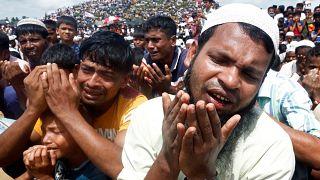 """شاهد:  بالابتهال إلى الله  .. مسلمو الروهينغا يحيون الذكرى الثانية ل""""يوم الإبادة"""""""