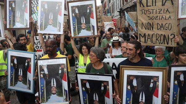"""""""Desaströse Klimapolitik"""": Macron wird von Demonstranten auf den Kopf gestellt"""