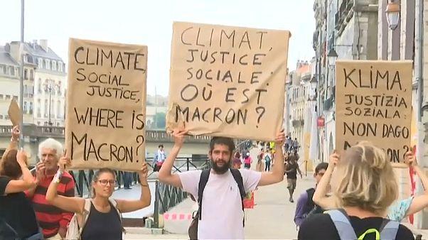 Hivatalokból elvitt portrékkal tüntettek Macron ellen Franciaországban
