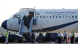 ظريف صاعداً إلى متن الطائرة لمغادرة قمة مجموعة الدول الصناعية السبع