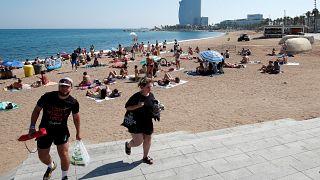 Desalojan una playa de Barcelona tras el hallazgo de un artefacto explosivo en el agua