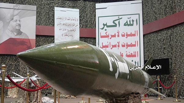 نموذج من صاروخ بدر واحد الذي يزعم الحوثيون أنهم استخدموه في عملية اليوم