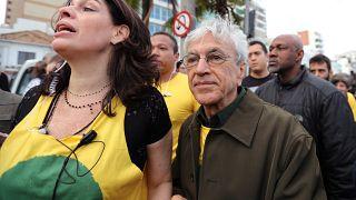 Caetano Veloso entre os manifestantes pela Amazónia