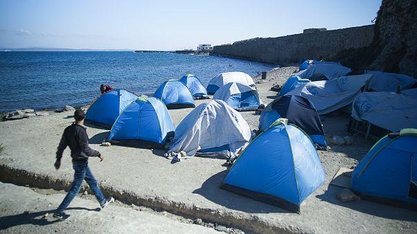 مخيم يضم مهاجرين وطالبي اللجوء في سواحل اليونان