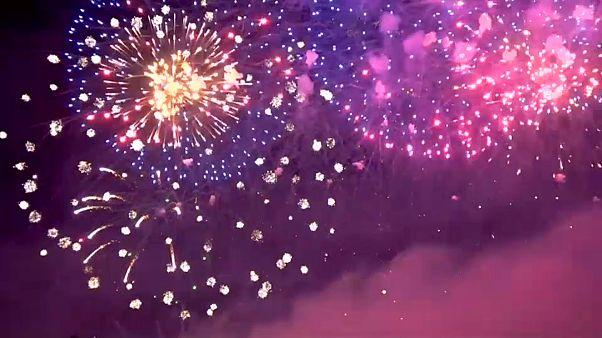 شاهد: مهرجان ساحر للألعاب النارية يضيء سماء كالينينغراد الروسية