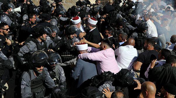 الشرطة الإسرائيلية تشتبك مع مصلين فلسطينيين خلال مواجهات في ساحة المسجد الأقصى بالقدس
