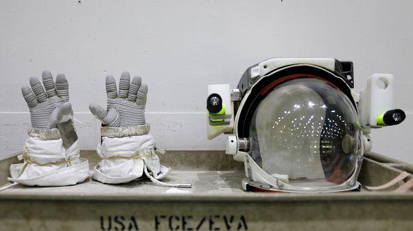 Guanti ed elmetto di un'astronauta americana in mostra al Neutral Buoyancy Laboratory NASA vicino al Johnson Space Center di Houston - REUTERS