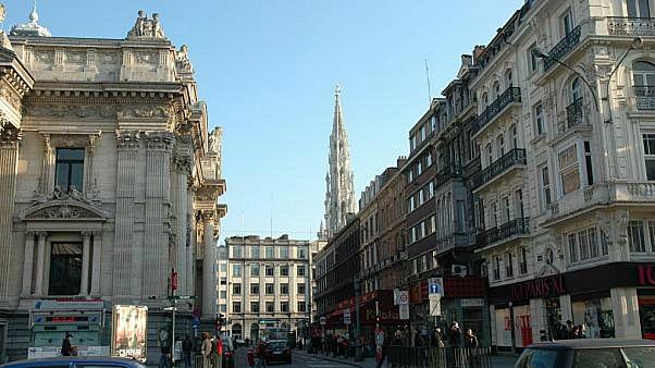 شاهد: رجلٌ عارٍ في بروكسل يحمل مادة إعلانية والشرطة تعتقله لسبب آخر
