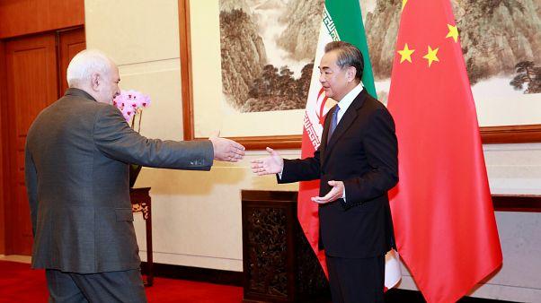 ظریف در پکن: با مقامات چین درباره جلسات خود در فرانسه صحبت میکنم