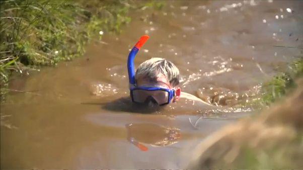 یک معلم قهرمان مسابقه جهانی شنا در گنداب شد