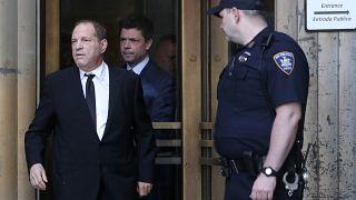 واينستين أثناء خروجه من قاعة المحكمة
