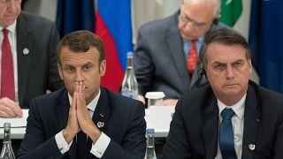 امانوئل ماکرون، رئیس جمهوری فرانسه در کنار ژائیر بولسونارو، رئیس جمهوری برزیل در نشست گروه ۲۰ در ژاپن