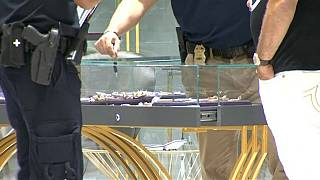 أفراد من الشرطة يعاينون آثار السرقة في محل المجوهرات في نيويورك