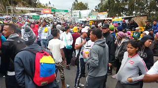 Cientos de venezolanos bloquean un paso fronterizo entre Colombia y Ecuador