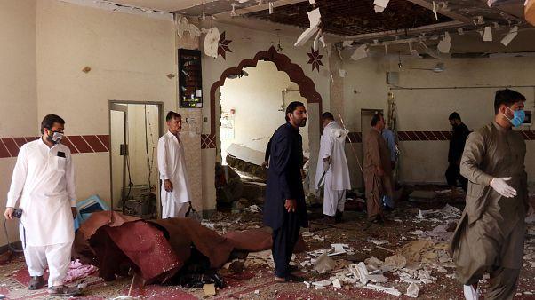 أفراد من فرقة الكشف عن المتفجرات في مسرح انفجار بمسجد في باكستان