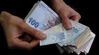 الليرة التركية تتراجع إلى مستوى 5.85 مقابل الدولار الأمريكي