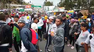 Feltorlódtak a határon a menekülő venezuelaiak