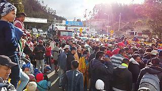 Venezuelanos protestam contra o fecho da fronteira do Equador