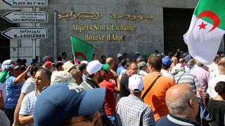 محتجون يتظاهرون ضد الحكومة خارج بورصة الجزائر بالجزائر العاصمة