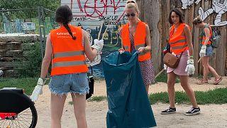 Berlino: i turisti puliscono il parco