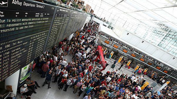 مسافرون ينظرون رحلاتهم في مطار ميونخ- أرشيف رويترز