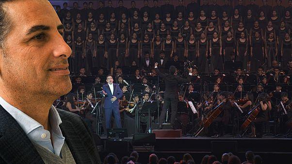 Escolas de música de Juan Diego Flórez ajudam crianças no Peru