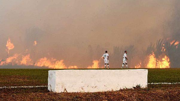 Brasile, le fiamme della foresta amazzonica circondano il campo, partita di calcio interrotta
