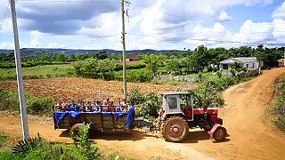 Трактор-бассейн на Кубе