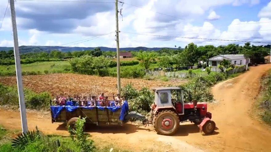 Küba'da çocukların traktör römorkundaki havuz keyfi