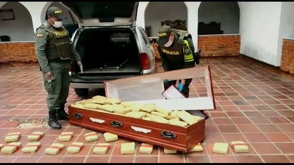 الشرطة الكولومبية تعرض مئات الكيلوغرامات من المخدرات التي عثرت عليها