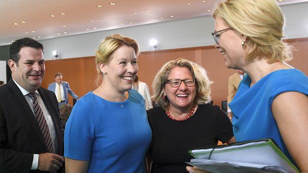 Julia Klöckner (r.) und Svenja Schulze (2.v.r.) vor der Kabinettssitzung in Berlin