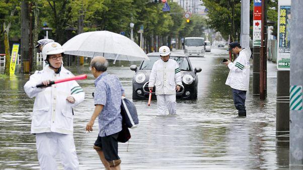 الشرطة اليابانية تتثبت من حالة الطريق الذي غمرته مياه الأمطار في محافظة ساغا