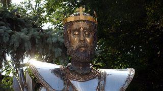 Varga Imre Kossuth-díjas szobrászművész II. Lajos szobra, amelyet a mohácsi csata 480. és II. Lajos király születésének 500. évfordulója alkalmából készített
