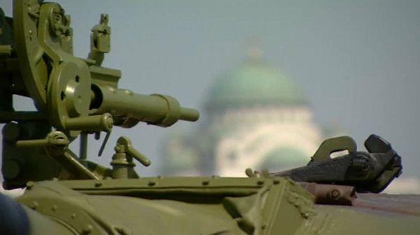 Az egykori jugoszláv hadsereg egyik tankját állították ki a belgrádi stadion elé