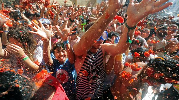 Spain: More than 20,000 revellers enjoy annual Tomatina festival