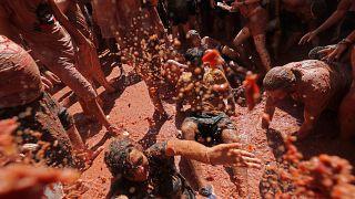 İspanya'daki geleneksel festivalde 145 ton domates havada uçuştu