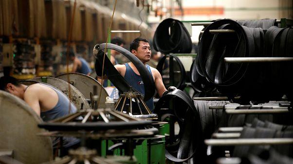 عامل في مصنع لإنتاج الإطارات في الصين