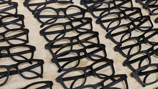 إطارات نظارات مصنوعة من رواسب القهوة داخل ورشة قرب كييف بأوكرانيا في صورة التقطت يوم 13 مايو أيار 2019. تصوير: غليب غارنيش - رويترز