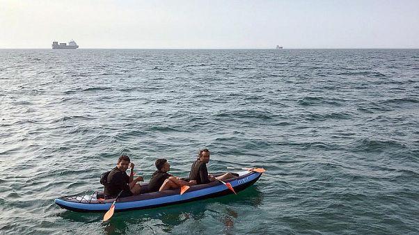 Drei Migranten in einem aufblasbaren Kanu beim Versuch den Ärmelkanal am 4. August zu überqueren