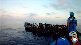 Otro buque con un centenar de migrantes busca un puerto para desembarcar