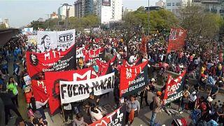 Argentina pide al FMI renegociar su deuda tras una nueva jornada negra